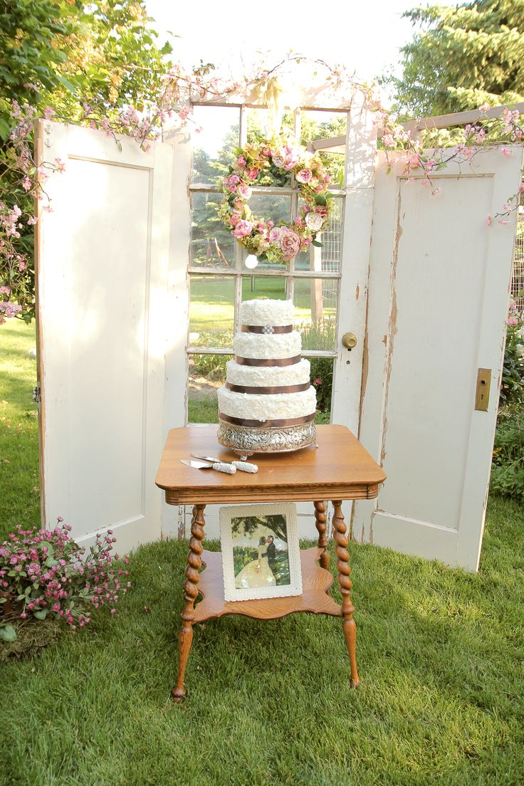 Vintage Cake Table set up | Vintage wedding cake | Blush creme & pink wedding colors | blush cream and pink wedding cake | vintage doors for reception