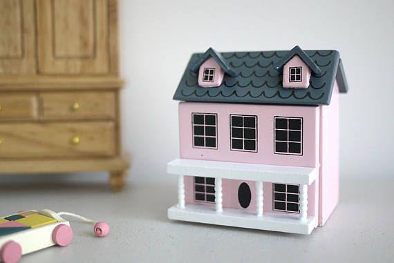 Vous êtes connecté à une maison miniature, la façade peut être ouvert, c'est une maison parfaite à l'intérieur de votre maison de poupée! Dimension approximative (cm): 6(W), 4D, 6 H Notes de l'article: S'il vous plaît garder tout chemin de modèles miniatures des enfants. Pour