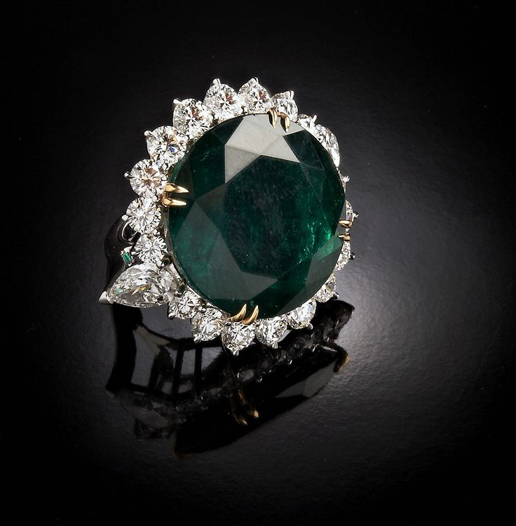 Ring with emerald Colombia for more than 30 cts PURE LUXE