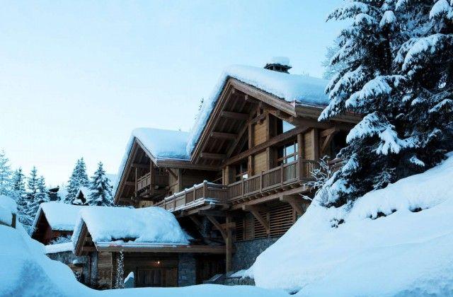 Casa rural de madera en la nieve