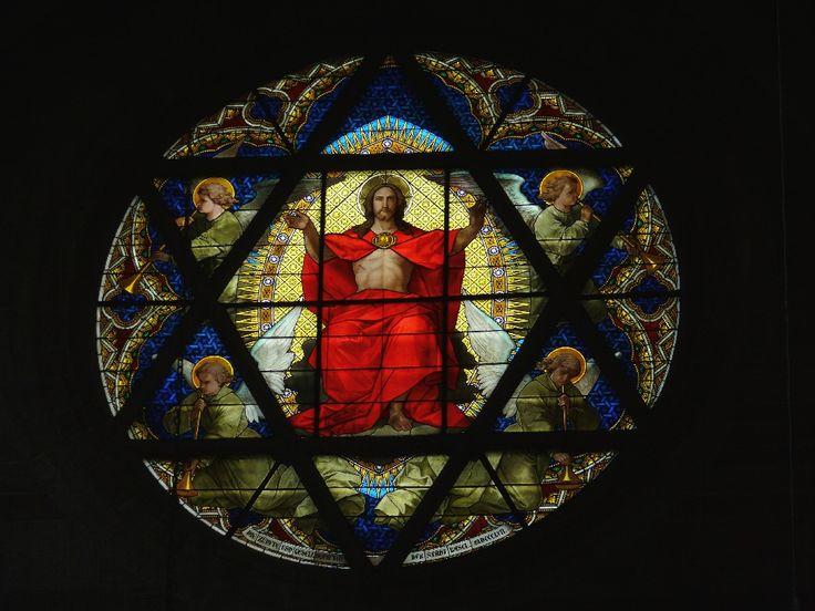Christus als rechter op zijn troon. Raam in Münster Basel. 19e eeuw. Bijbel: Handelingen 10: 42: En Hij heeft ons opgedragen als zijn getuigen aan het volk te verkondigen dat Hij degene is die door God is aangewezen als rechter over levenden en doden.
