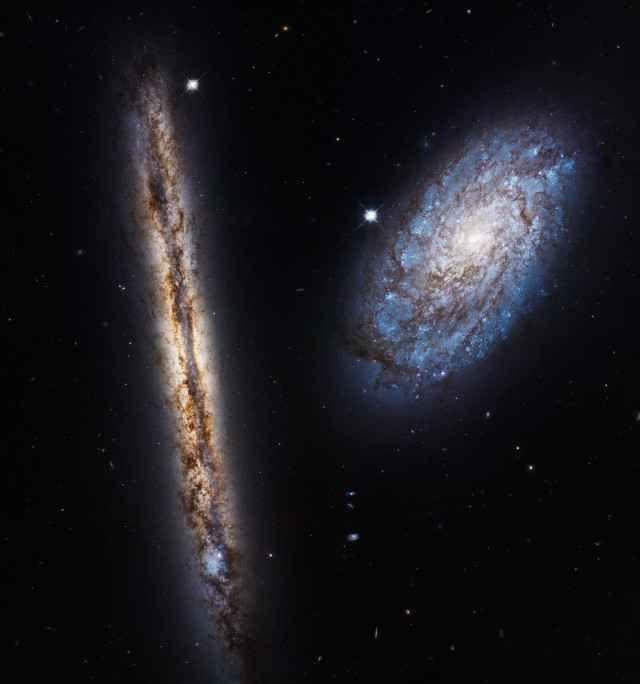 Il 27° anniversario del lancio del telescopio spaziale Hubble celebrato con una foto delle galassie NGC 4302 e NGC 4298 Il telescopio spaziale Hubble venne messo in orbita il 25 aprile 1990 dopo essere stato lanciato il giorno prima sullo Space Shuttle Discovery. #hubble #galassie