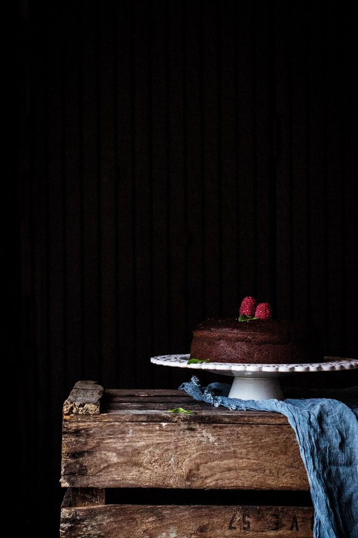 bizcocho-algarroba, bizcocho de algarroba, carob cake, bizcocho sin azúcar, bizcocho de chocolate, food photography, fotografía culinaria, food stylist, food styling, dark photo, recipe, cooking, sugarfree, healthy, green