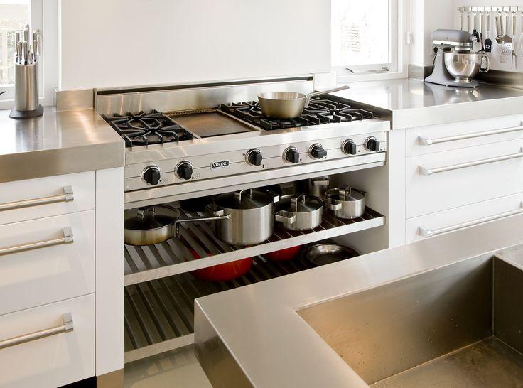 The Living Kitchen B.V. by Paul van de Kooi. Keuken met Viking rangetop en RVS pannen roosters