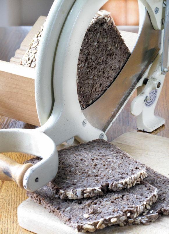 Rugbroed og den gode gamle :-) dark rye bread and the good old slicer!