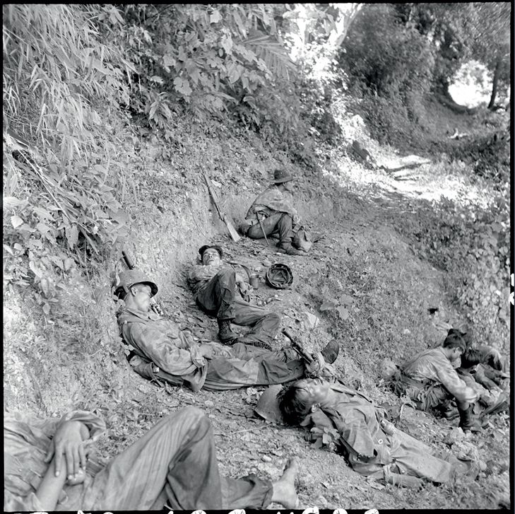 French parachutists for the French Union in retreat from Tu Lé towards the Black River. Exhausted after several days marching without sleep and pursued by a Viet Minh division, they sleep of the ground on a footpath. Indochina, 20-23 October 1952 © ECPAD / Paul Corcuff, pin by Paolo Marzioli