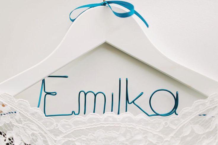 Inspiracje ślubne 2017   Uwielbiam detale które nadają smaczku i pasują do stylizacji ślubu a po ślubie zostają fajną pamiątką. . . . . #slub #wedding #weddings #wieszak #weddingphotographer #bride #fotografslubny #warsaw #sukniaślubna #slubwplenerze #brides #sukniaslubna #pannamloda #detale #details #detail #fotografslubnywarszawa #wedbookpl #fotografnaslub #detail #weddinginspiration #luxurywedding #bridebook #weddingseason #fineartphotography #jamstudiopl #celebrity