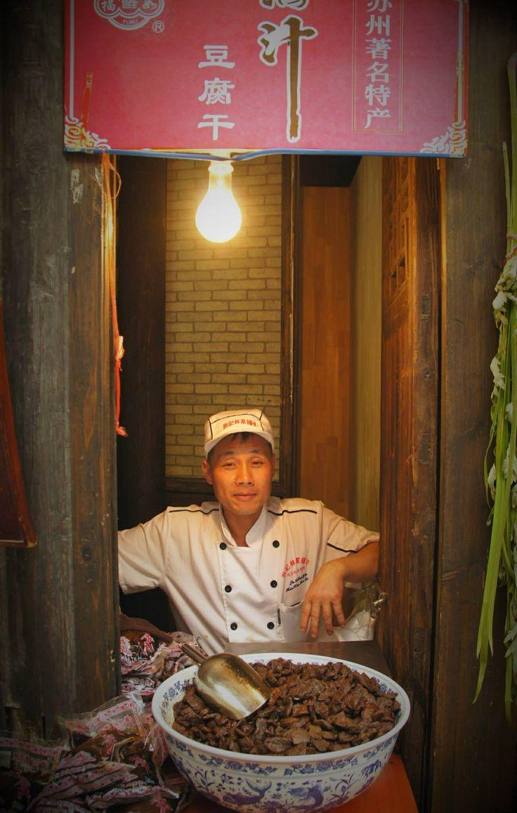 Un vendeur de tofu sur la rue commerciale du vieux Suzhou en Chine