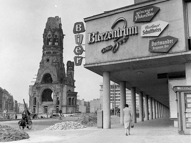 """wazzup2!So sah die im 2. Weltkrieg zerstörte Kaiser-Wihelm-Gedächtniskirche in Berlin-Charlottenburg noch im Jahre 1957 aus. Die Berliner nannten die Ruine liebevoll """"hohler Zahn"""""""