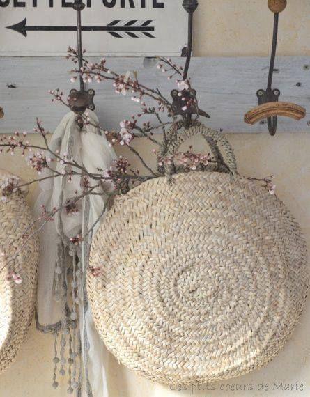 Quelques branches de fleurs suspendues dans un panier en osier.