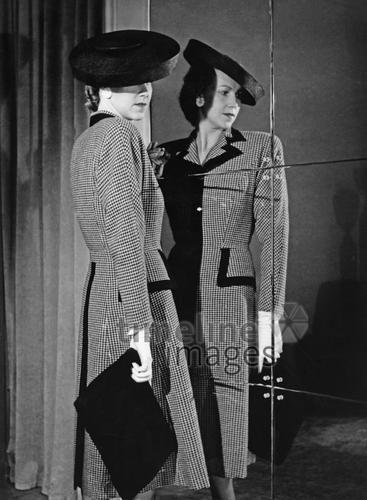 Damenmode, 1942 Timeline Classics/Timeline Images #style #fashion #Modefotografie #damenmode #stylish #Mantel #Hut #Hüte #Mäntel #vintage #Nostalgie #nostalgisch #Pepitamuster #40er #40ies #1940er #Spiegelbild #Handtasche #Clutch #historisch #historical #old