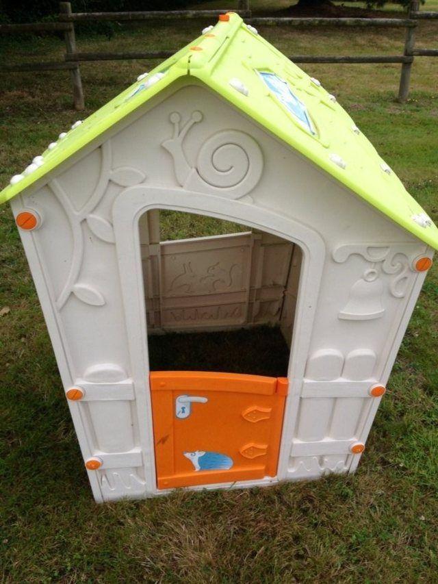 Un zoom d'une cabane en plastique pour enfant dans un jardin