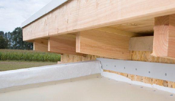 Das Verandadach verläuft etwa 30 cm um die Hausecke herum, deswegen müssen Sie zum Schluss hier ein Passstück hinter der oberen Plattenreihe ausmessen und zuschneiden.