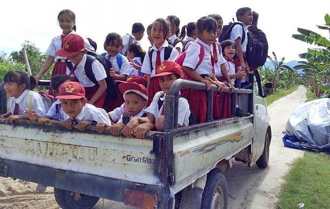 Perjuangan menuju sekolah.  Sumber: @jawa_pos_group_photobrother  Selengkapnya ������ Anak-anak Dusun Parit Bugis, Desa Simpang Tiga, Sukadana, Kayong Utara, yang baru masuk sekolah di hari pertama diantar dan dijemput menggunakan pick-up warga setempat, Senin (17/7). Keceriaan menghiasi wajah mereka meski harus menempuh perjalanan 4 KM menuju SDN 07 yang terletak di Dusun Semanai. KAMIRILLUDDIN/Rakyat Kalbar  #jawapos #jawaposfoto #jpnn #photobrother #jpgphoto #pewartafotoindonesia…