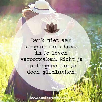 """""""Denk niet aan diegenen die stress in je leven veroorzaken. Richt je op diegenen die je doen glimlachen."""""""
