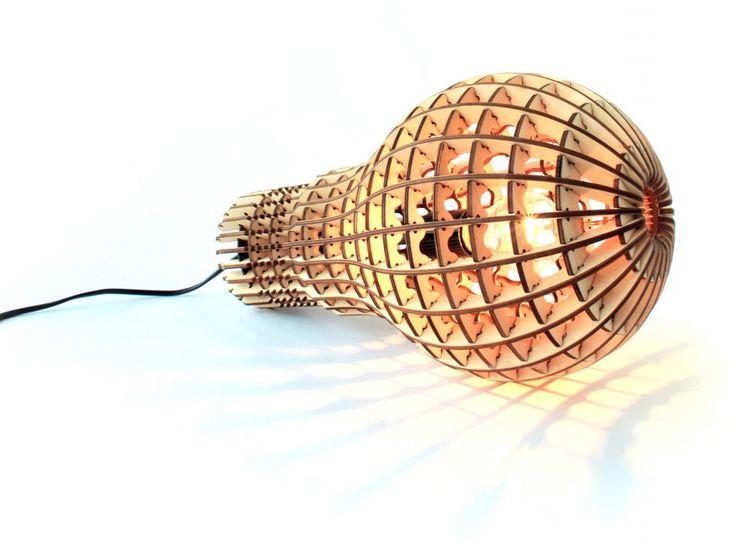 Helt rå trelampe TIL GULV, TAK ELLER LEGGES PÅ ET BORD  laget av plywood  h40 cm * dia 25 cm * dybde 22,5 cm  max 60 watt E27  3 adapter inkludert, kan brukes i UK, europa, usa  sort ledning ca 2m