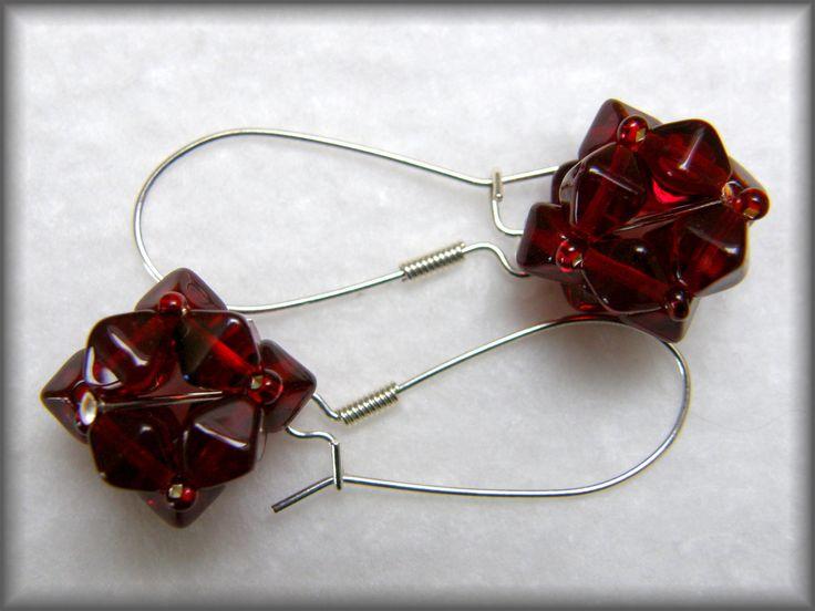 Ruby+rose+Rudé+hranaté+kuličky+hodící+se+především+na+společenské+akce.+Průměr+kuličky:+1,5+cm+Délka+závěsu:+3+cm