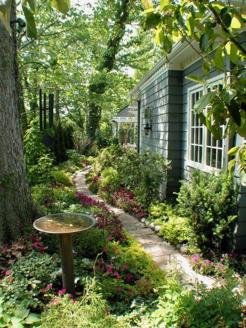 a peaceful walk...: Gardens Ideas, Secret Gardens, Gardens Paths, Side Yard, Magic Gardens, Side Gardens, Gardens Spaces, Sideyard, Shades Gardens
