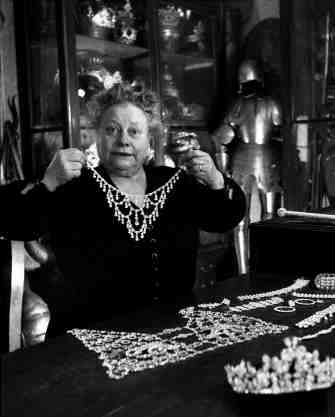 Madame Boutiller rèlise des bijoux sur maquette. 13 septembre 1954. ¤Robert Doisneau. Atelier Robert Doisneau | Site officiel