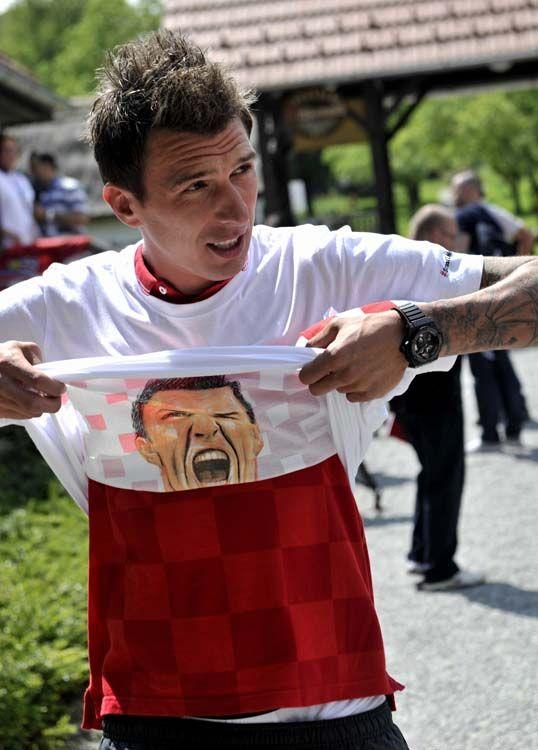 Mandžukić na majici ima - sebe! Brend napadač Bayerna obukao poklon navijača! - Sportske Novosti