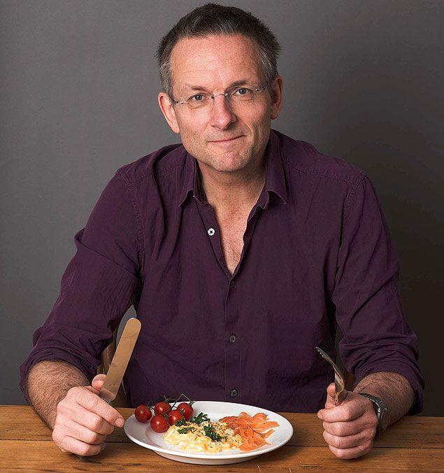 """Michael Mosley, autor do livro """"The Fast Diet"""", comendo um café da manhã de 300 calorias"""
