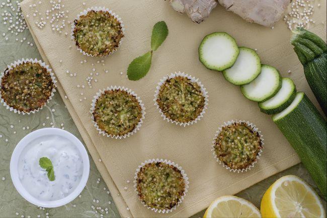 I bocconcini di quinoa con zucchine, zenzero e parmigiano sono un antipasto sfizioso e veloce da preparare, perfetto da gustare nei mesi estivi.