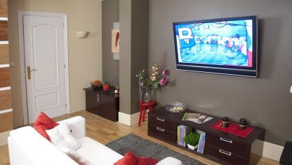 En esta tarea de bricolaje vamos a sustituir el televisor de tubo que tenemos en el salón por uno de pantalla plana, que queremos colocar en la pared.