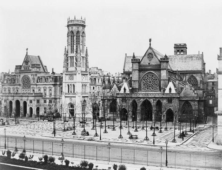 place - Paris 1er La place du Louvre et l'église Saint-Germain-l'Auxerrois vers 1865, peu après la construction de la mairie du 1er arrondissement et de son beffroi. Une photo d'Edouard Baldus.