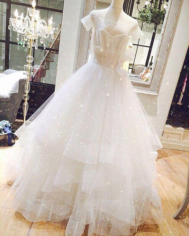 #WEDDINGBOX#bridesandguests#wedding#dress#結婚#ウェディング#ドレス#オフショルダー#レース#チュール#ガーデン#Aライン#リボン#撮影#東京#有楽町 . . **🙈💕 デコルテラインも綺麗に見せてくれる上品かつキュートなデザイン… ふんだんに使われたチュールは女性の憧れでもあるプリンスドレス👗♡ . どんな会場でも存在感のある女性らしいボリューム感✨ . 〠100-006 東京都千代田区有楽町ルミネ有楽町2B2F ☎︎03-6206-3930