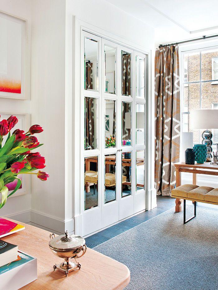 Хоть эта квартира и занимает два этажа, места здесь не так уж и много, зато очень-очень красивый интерьер.