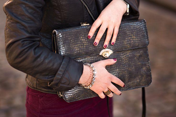 Schwarze Tasche in Krokodil Leder Optik mit goldenem Verschluss