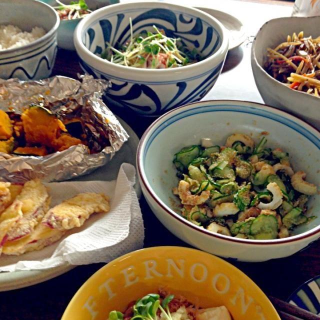 お姑さんからのごぼうのきんぴらと、かぼちゃの煮物とさつまいもの天ぷら。  冷や奴(私は納豆がけ)  きゅうりとちくわの酢の物。  きゅうりとかにかまとかいわれ大根のサラダ。 - 34件のもぐもぐ - 朝昼ごはん。 by shimesabalove