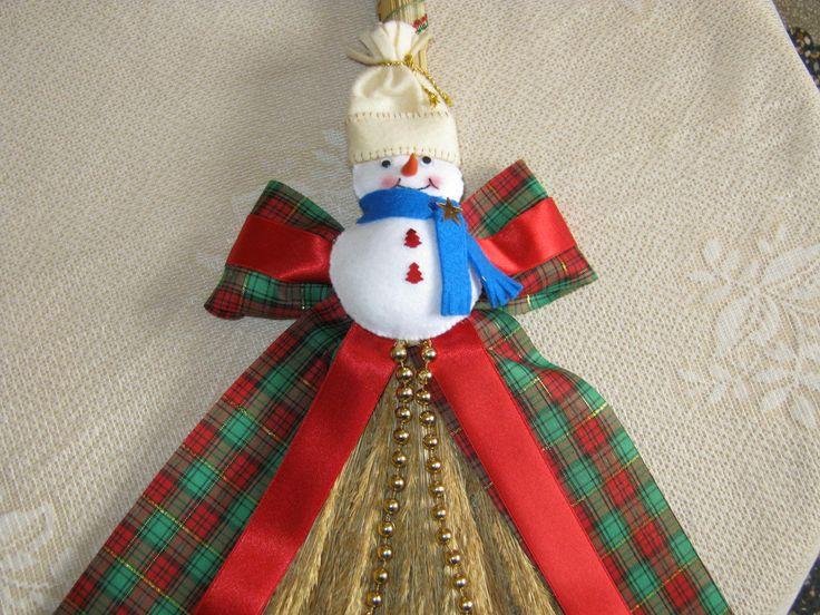 escobita decorada con motivos navideños, hombrecito de nieve y cintas de colores