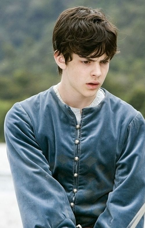 Okay, let's all just take a minute to appreciate the attractiveness of Edmund in the Prince Caspian movie...FANGIRLS UNITE!!! lol ;) <3