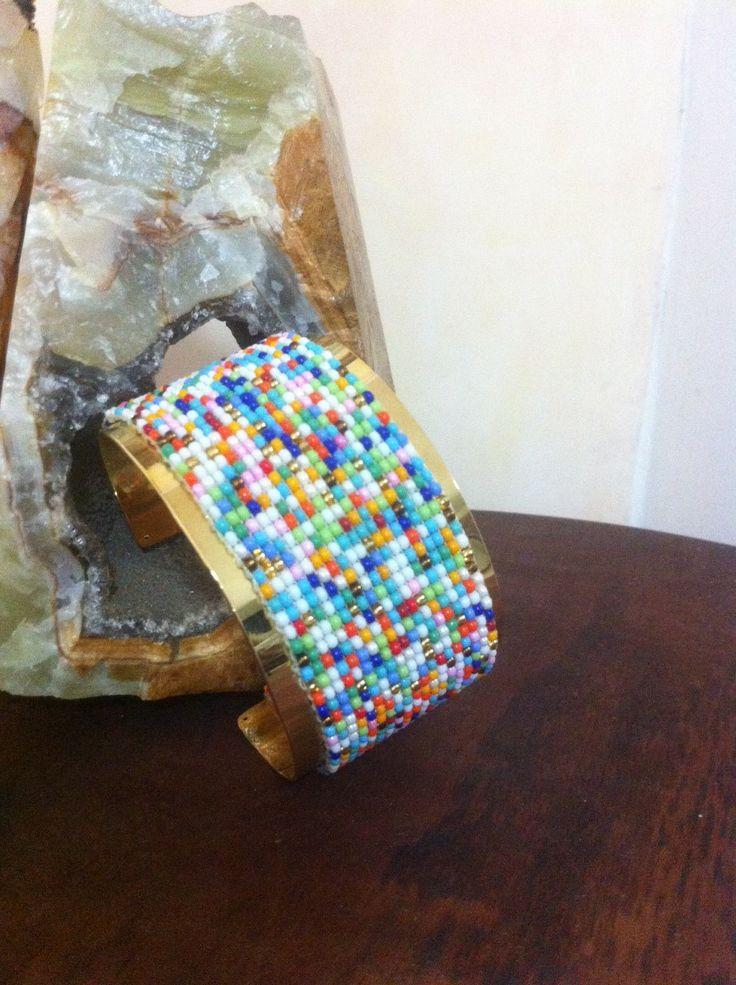"""Pulsera en mostacilla estilo: """"lluvia de colores"""" sobre manilla de baño de oro. Peyote"""