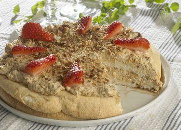 Skøn kage pyntet med jordbær