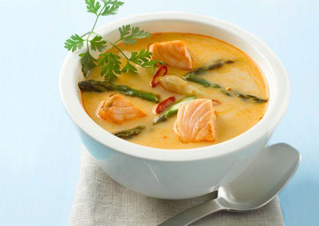 Prøv en rask fiskesuppe med laks inspirert av smaker fra Thailand med rød curry, kokosmelk, ingefær, chili, sitrongress og koriander.