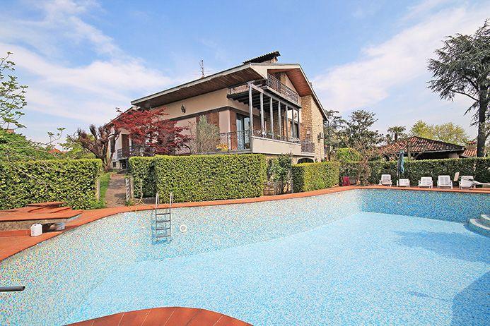 – CAPRIATE SAN GERVASIO  Importante villa situata all'interno di quartiere residenziale elegante e di comoda localizzazione per il raggiungimento di tutti i servizi e lo svincolo autostradale distante 15 Km da Bergamo e 30 Km da Milano.  Immobile di mq 900 dislocato su 3 livelli immerso in 5.000 mq di parco, dotato di grande piscina di mq 100, oltre 93 mq di depositi attrezzi, area barbecue e dependance e mq 35 di gazebo.  La proprietà è internamente composta da:  Al piano terreno…