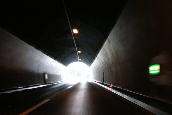 Verkehrsunfall auf der Tauernautobahn A10 - Betrunkner (36) kracht in Tunnelwand