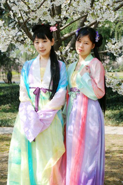 Junge erwachsene chinesische Kleidung
