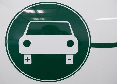 Eigenaren van elektrische auto's zijn gewaarschuwd. Steek niet zomaar de stekker van je wagen in een onbewaakt stopcontact. Voor je het weet heb je een strafblad. Het overkwam Kaveh Kamooneh uit het Amerikaanse Chamblee. Lees hier zijn verhaal: http://www.z24.nl/bijzaken/automobilist-opgepakt-om-diefstal-5-dollarcent-aan-stroom-411765