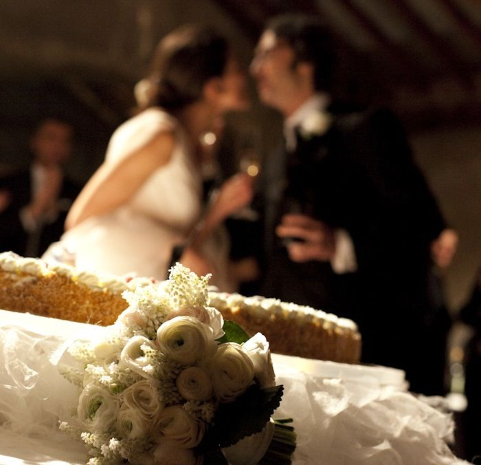 www.italianfelicity.com #weddingcake #kiss #brideandgroom #bride #groom