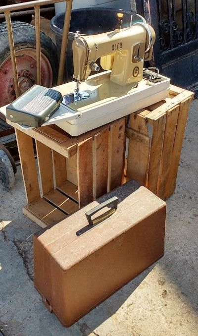 Máquina De Coser Alfa Portátil Ión P-11  -----  Antigua máquina de coser eléctrica de la marca Alfa, con pedal y cable. La máquina se transporta como un maletín rígido y tiene una base desplegable.  -----  Ref: R0626  -----  Realizamos envíos  -----  Comparte en tu red social  -----  P.V.P 50€