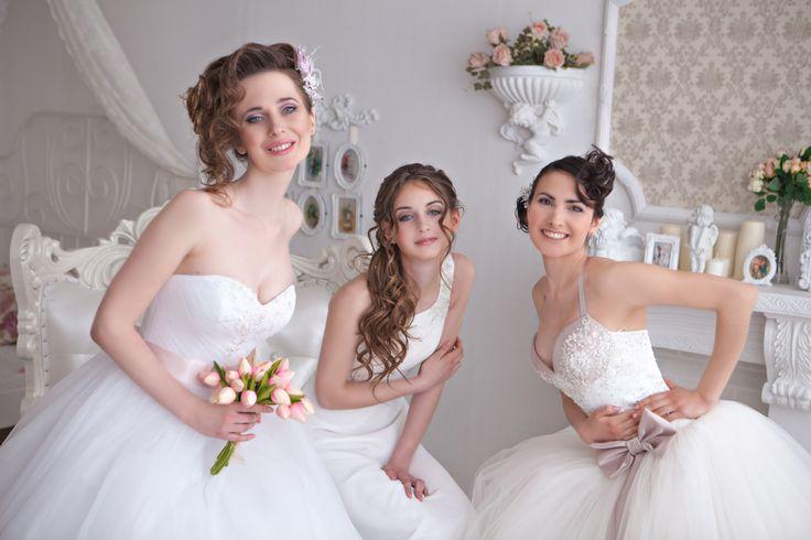 Съёмка девичника для невест в интерьерной студии Барнаула) Фотограф и организатор Ляля Шмидт. Причёски для невест. Платья свадебный салон Love Story