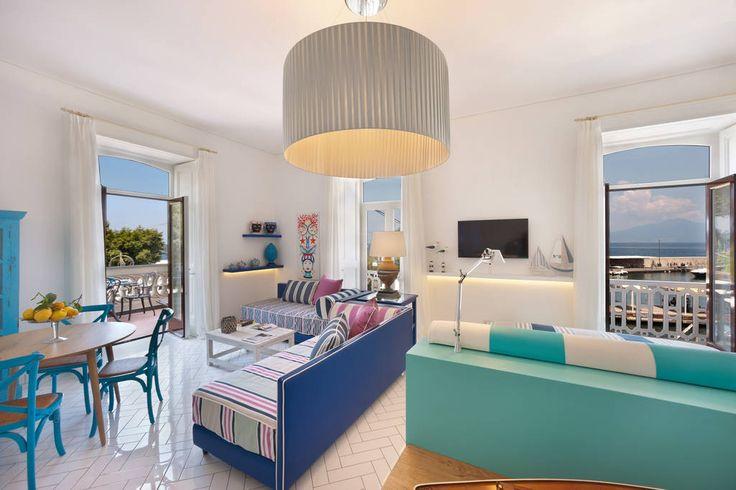 Apartment in Sorrento, Italy. La suite Gilda è al centro del porto di Sorrento,  il luogo più affascinante, attraente e pieno di vita della città, con vista diretta sul Vesuvio e sul Golfo di Napoli.  Il porto è la porta di ingresso alla città, è il luogo sempre pieno di vita,...