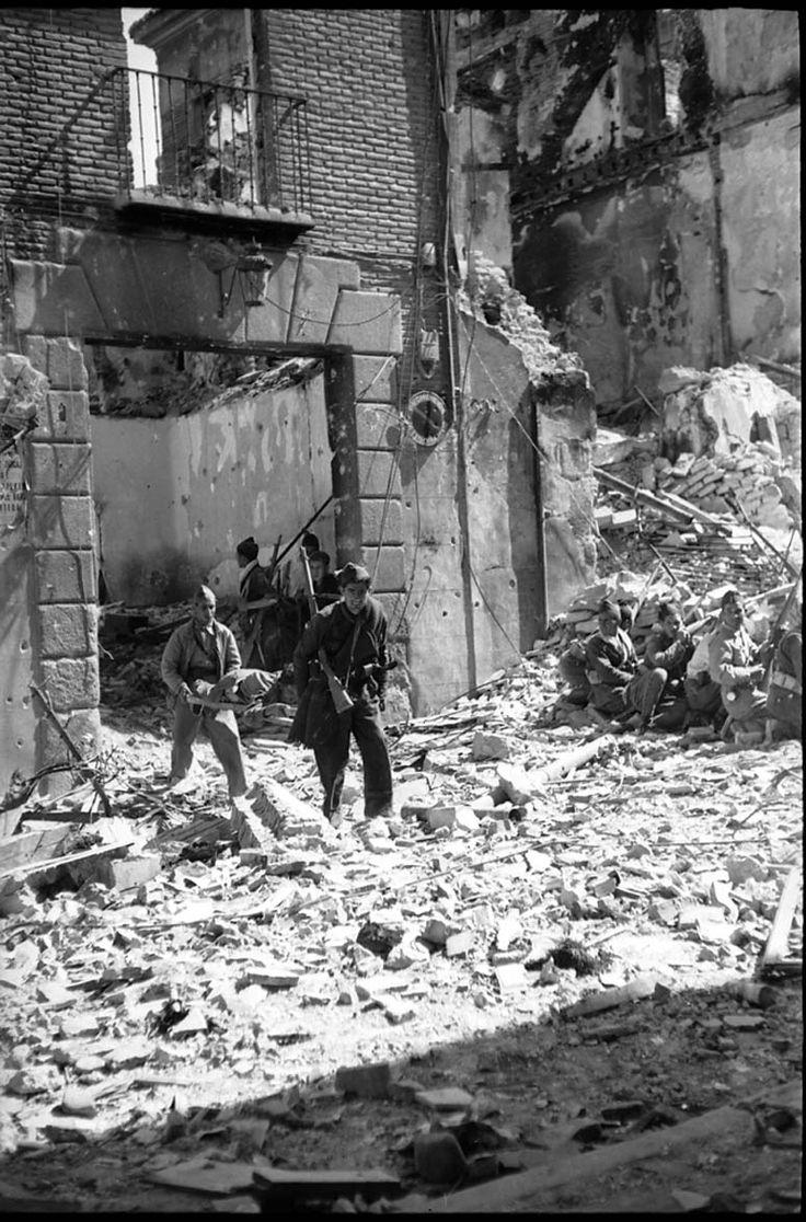 Evacuación de heridos en los combates del asedio al Alcázar de Toledo en…