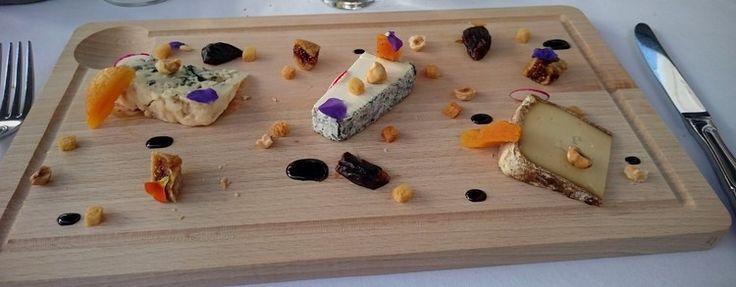 The cheese plate at L'Auberge du Jeu de Paume (from left to right) /L'assiette de fromages à l'Auberge du Jeu de Paume :Roquefort,Pouligny-Saint-Pierre,tomme de Napoléon.