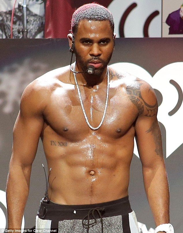 jason derulo shirt off | Miley's little helper! Dwarf helps Cyrus deliver the goods again by ...