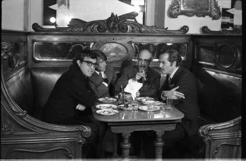 Carlos Monsiváis, José Luis Cuevas, Fernando Benítez y el autor de Aura Carlos Fuentes, en el bar La Ópera, el 16 de diciembre de 1969Foto Fundación María García y Héctor García