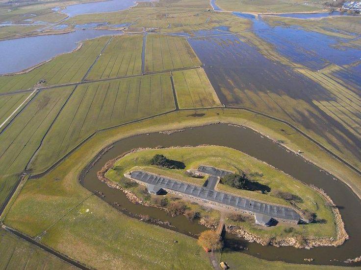 Op de kruising van de twee belangrijke inundatiekades verrees in het Noordwestfront het Fort bij Krommeniedijk. De gebouwen van het fort werden tussen 1900 en 1903 gelijktijdig met die van het buurfort aan de Ham aangelegd. Het fort en de omgeving geven een zeer goed beeld van hoe het originele Stellinglandschap er 100 jaar geleden uitzag.